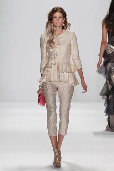 Modelo camina la pasarela en el fashion show de Badgley Mischka — Foto de Stock #57868679