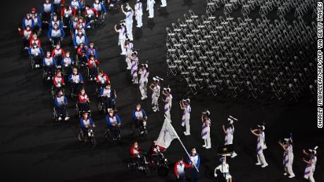 Los miembros del equipo RPC desfilan durante la ceremonia de apertura de los Juegos Paralímpicos de Tokio 2020 en el Estadio Olímpico de Tokio el 24 de agosto de 2021.