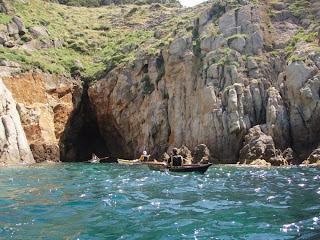 il gruppo esplora una grotta nei pressi dell'Enfola