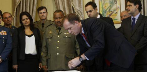 Novos comandantes das Polícias Civil e Militar foram empossados ontem / Foto: Ricardo B. Labastier/ JC Imagem