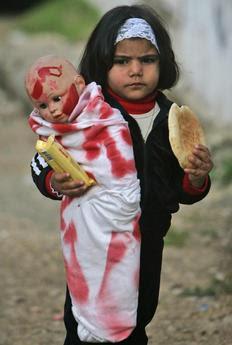 Ένα μικρό κορίτσι από την Παλαιστίνη κρατά την κούκλα του, την οποία έχει τυλίξει με ένα συμβολικά αιματοβαμμένο πανί. Σύμφωνα με σημερινό δημοσίευμα των Times, το Ισραήλ χρησιμοποίησε τις απαγορευμένες βόμβες λευκού φωσφόρου.