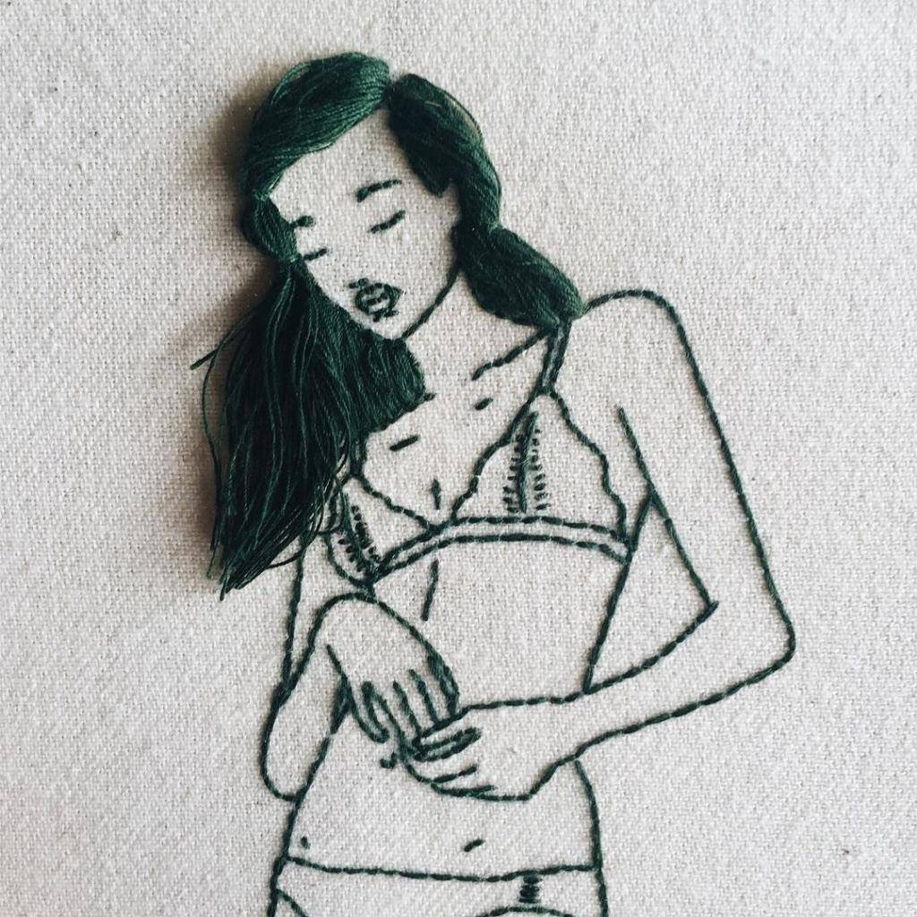 Artista borda retratos de mulheres com cabelos que saltam da tela 11