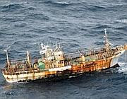 Arrugginita e ferita, ma ancora a galla, la nave giapponese è sopravvissuta allo tsunami dell'11/03/11 (Canadian Department of National Defence)