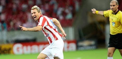 Zagueiro Rafael Pereira vibra com o seu gol que deu a vitória ao Náutico / Foto: André Nery/JC Imagem