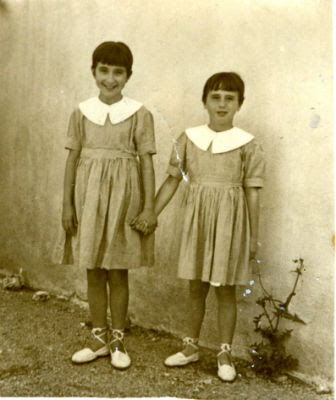 Alicia, a la derecha, junto a su hermana en el preventorio de Guadarrama. Año 1957