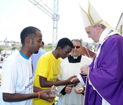 Papa Francesco durante la visita a Lampedusa nel 2013
