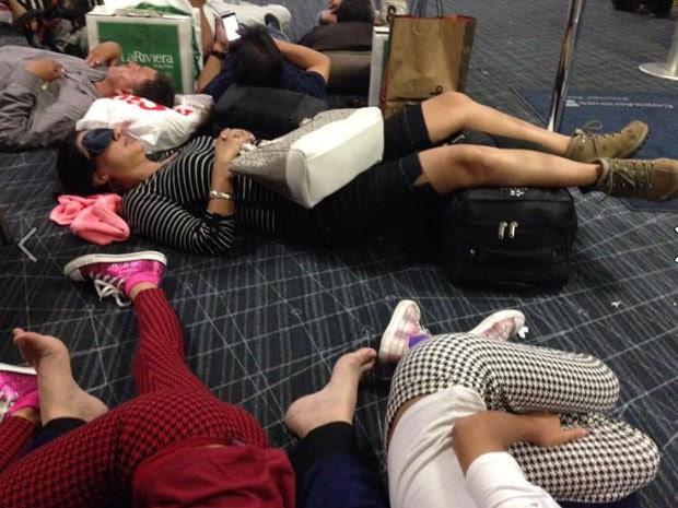 Passageiros dormem no chão do Aeroporto Internacional do Panamá enquanto aguardam retorno ao Brasil. (Foto: Paula Salazar/ Arquivo pessoal)