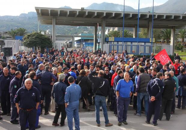 Fiat, chiude Termini Imerese gli operai davanti ai cancelli