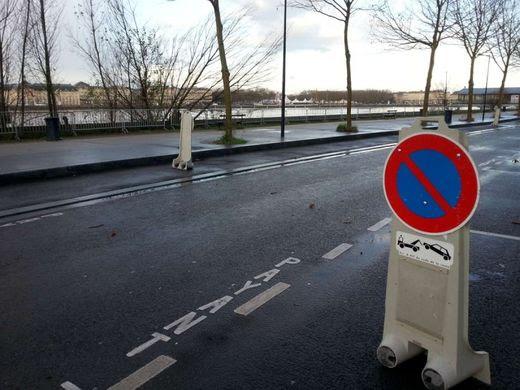 A Bordeaux ce jeudi matin, le stationnement était interdit sur les berges, rive droite