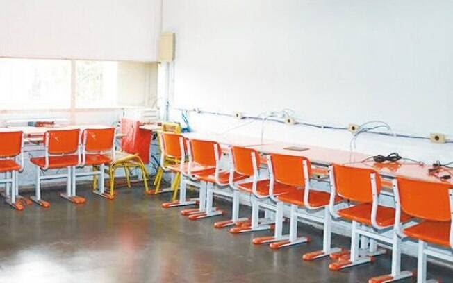 A sala de informática do Ciep 015 Henfil ficou sem computadores após roubo