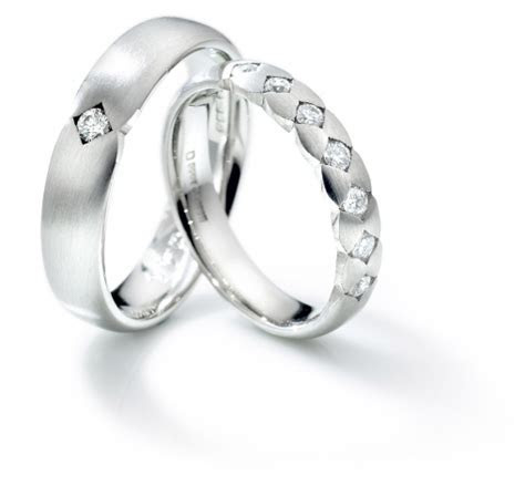 Izyaschnye wedding rings: Wedding rings linked together