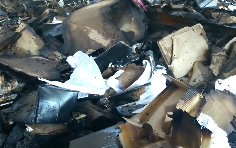 Caixas de papelão usadas para embalar os calçados foram destruídos durante o incêndio (Foto: Reprodução/EPTV)