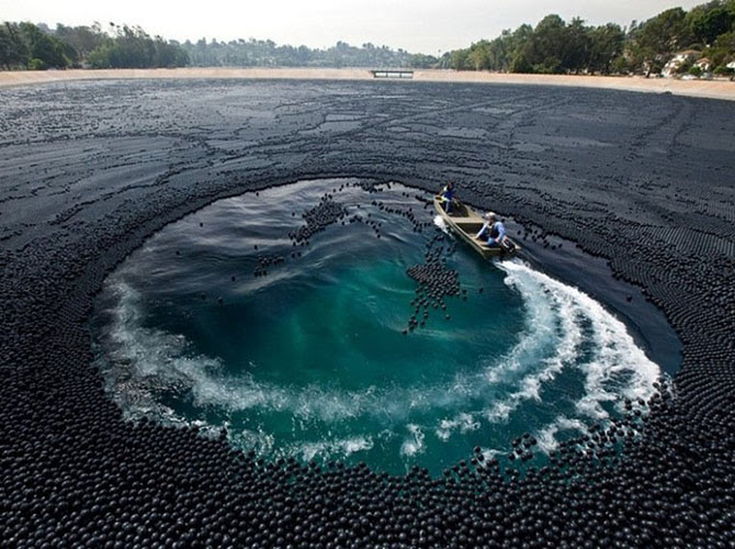 Озёра с необычными вещами на водной поверхности