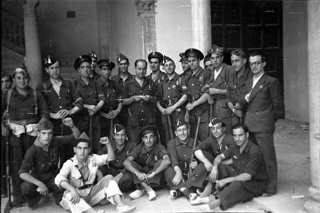 Soldados republicanos en el Museo de Santa Cruz de Toledo. Fondo del Estudio Fotográfico Alfonso. Archivo General de la Administración. Ministerio de Cultura