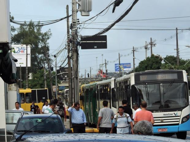 Fila de ônibus vai de depois da Upa da Imbiribeira até quase aeroporto (Foto: Katherine Coutinho/G1)