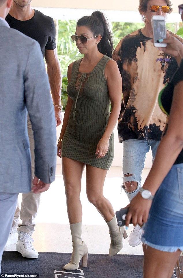 Nenhum suor!  Kourtney empolgou quando saiu em um vestido de camisola sem mangas de oliva