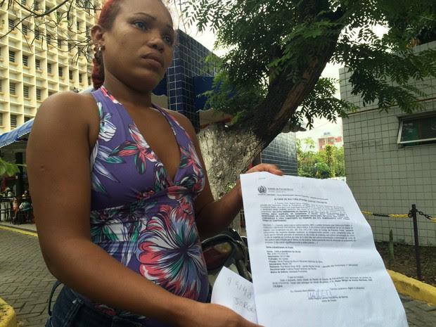 Mãe do garoto atacado por um pitbull em Jaboatão (Foto: Thays Estarque/G1)