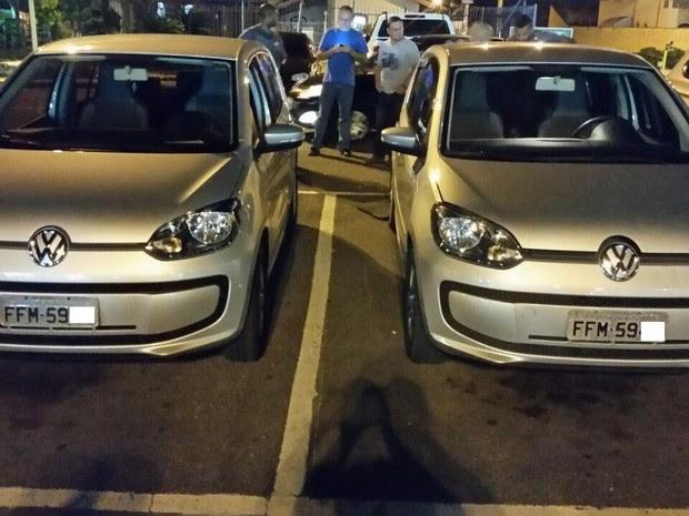 Carro original e o clonado estacionados lado a lado no supermercado (Foto: Divulgação/Polícia Militar)