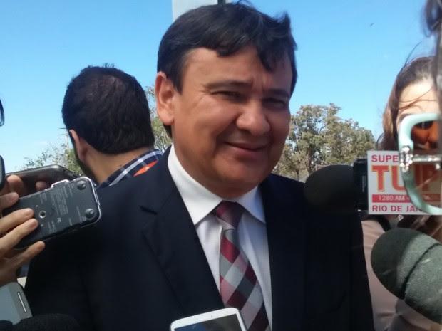 Governador do Piauí, Wellington Dias (PT), fala com a imprensa antes de almoço dos governadores (Foto: Marianna Holanda/G1)