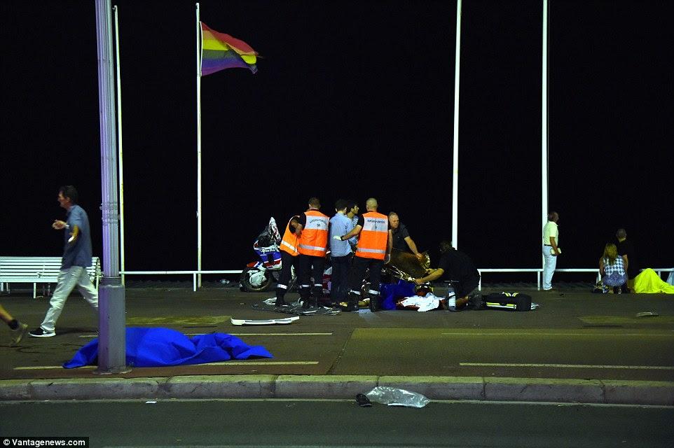 Emergência: Paramédicos e médicos tentam salvar uma vida de uma vítima ferida - cercado por corpos dos mortos ontem