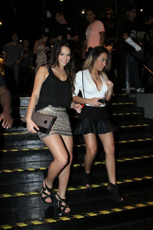 Bruna Marquezine e Rafaella Santos  em show de Anitta (Foto: Thyago Andrade / FotoRioNews)