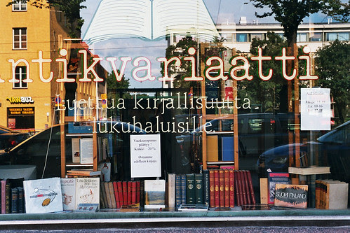 Farbphoto des Schaufensters eines Antiquariats in Helsinki