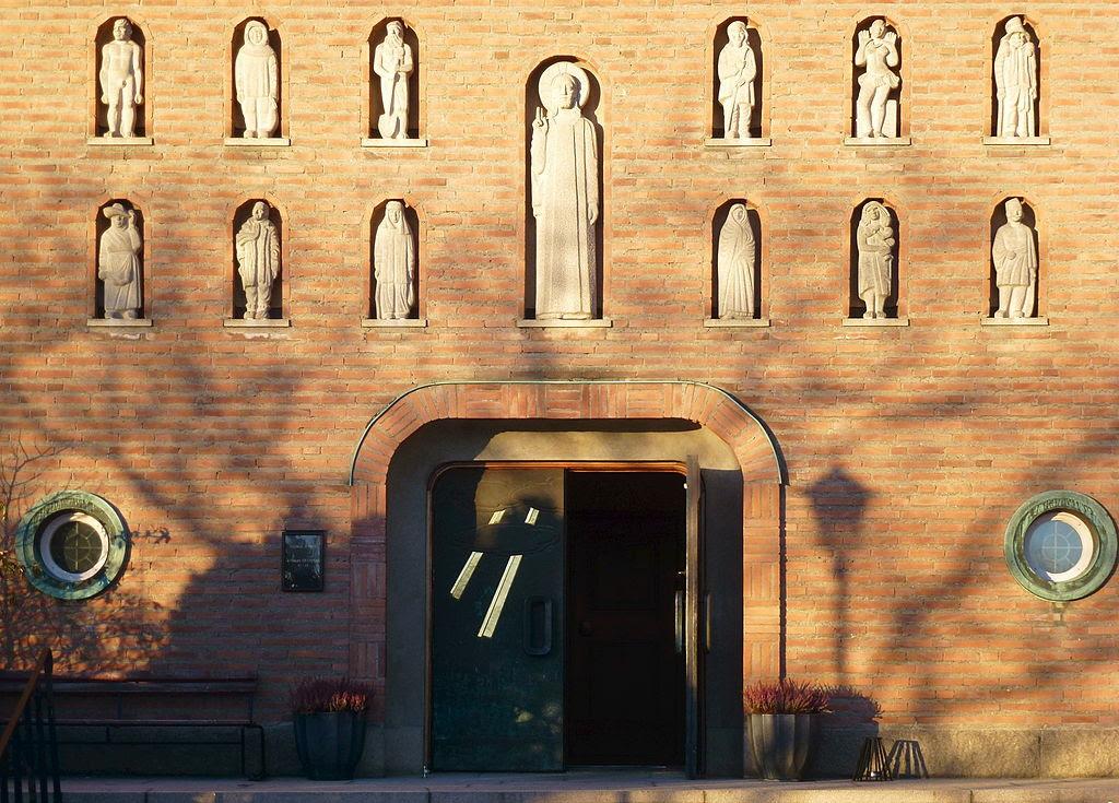 Essinge kyrka portal 2013a.jpg
