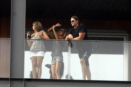 A top, que estava ao lado do marido, Tom Brady, assistiu a passagem do Afroreggae