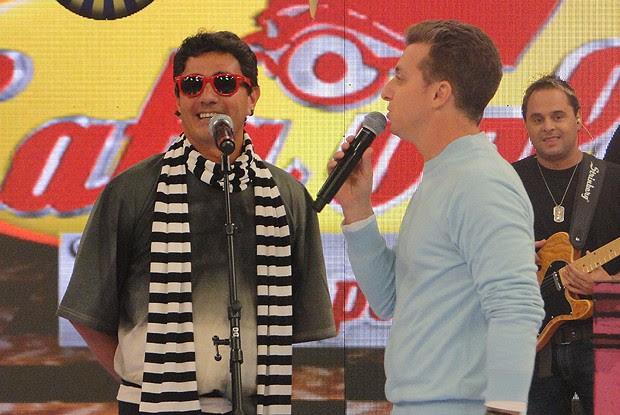 Júlio Magalhães vai cantar para recuperar jipe reformado (Foto: Caldeirão do Huck/ TV Globo)