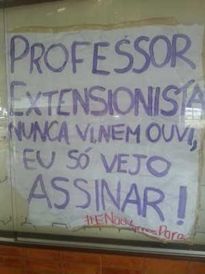 Faixa de alunos de direito da UnB reclama da falta de atividades de extensão (Foto: Raquel Morais/G1)