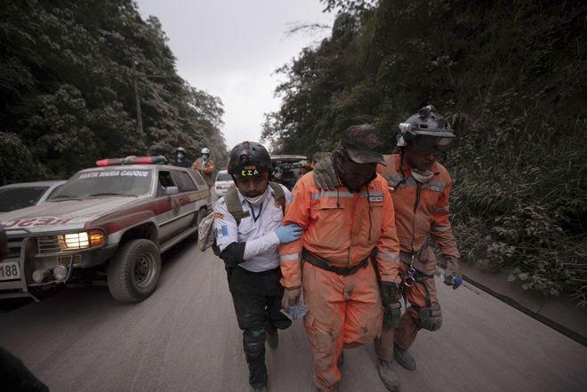 Άνδρες της πυροσβεστικής εγκαταλείπουν την επικίνδυνη ζώνη γύρω από το Ηφαίστειο, στην Γουατεμάλα. Ένα από τα ηφαίστεια της κεντρικής Αμερικής παρουσίασε δραστηριότητα την Κυριακή προκαλώντας το θάνατο σε τουλάχιστον 25 άτομα