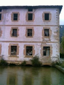 Edificio de la antigua cárcel. Por debajo, el canal del Ebro