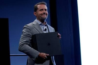 Andrew House, director general de Sony con la PlayStation 4 Pro. / REUTERS