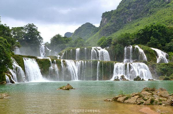 시원한 덕천폭포으 맑은 물을 보라. 에메랄드 빛깔이 너무나도 매력적이다.