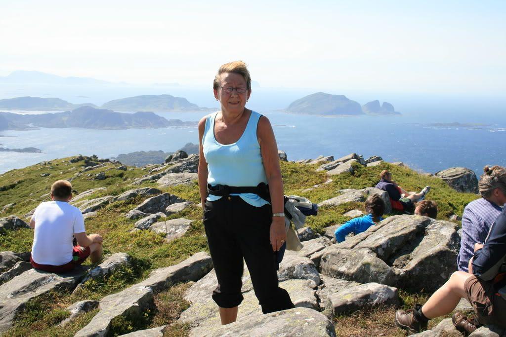 Bilde av min mor på toppen av Batalden - der blåste det godt!!