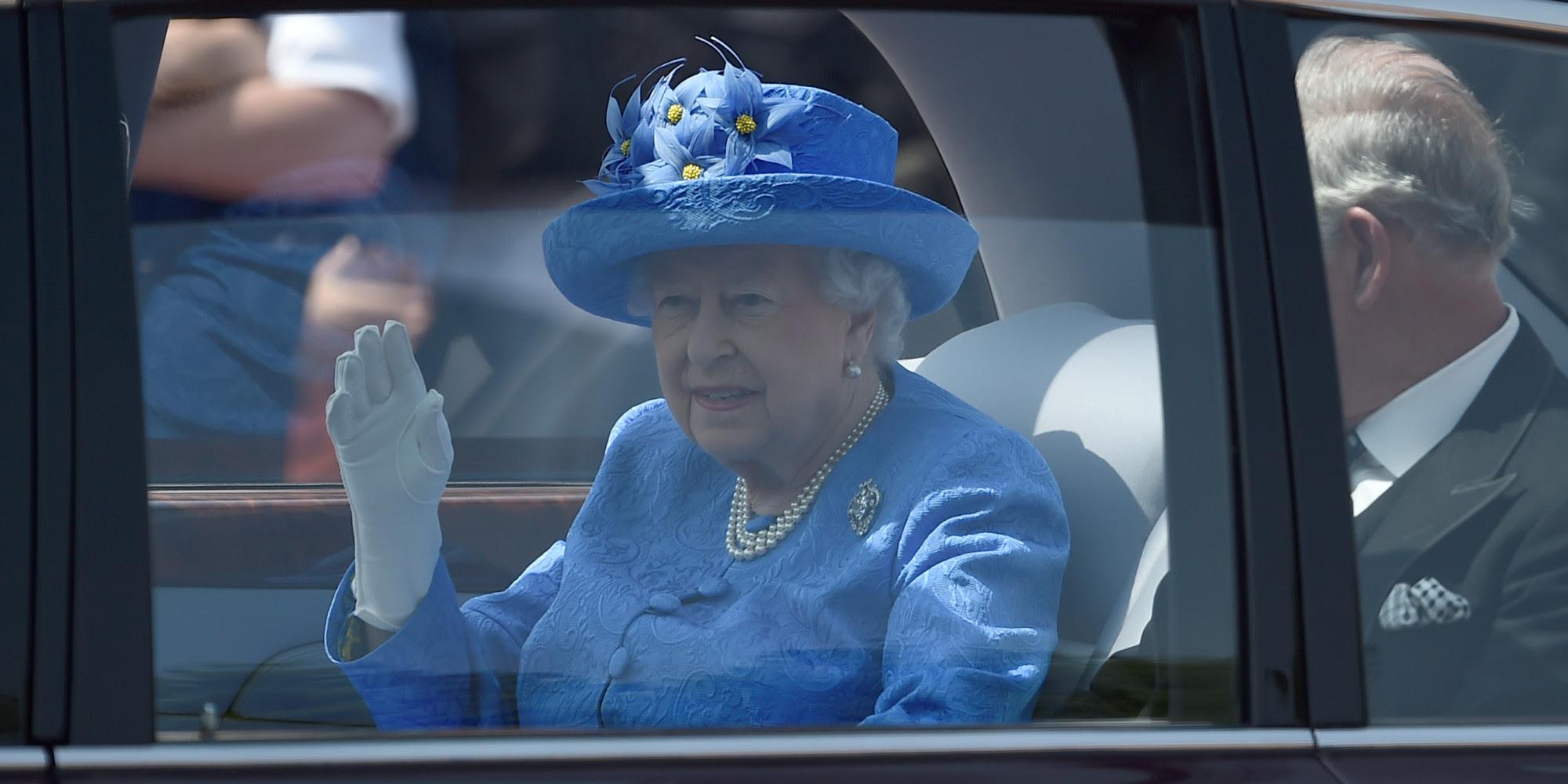 Αποτέλεσμα εικόνας για βασιλισσα βρετανιας δεν φορουσε ζωνη
