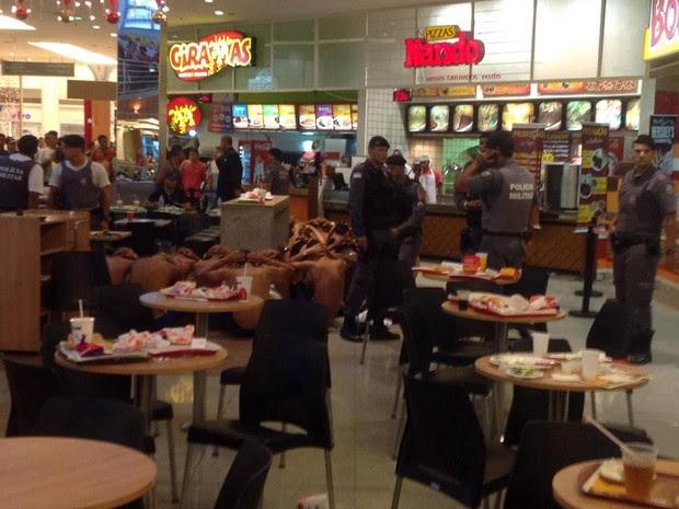 Polícia abordou vários jovens no shopping. (Foto: Divulgação)