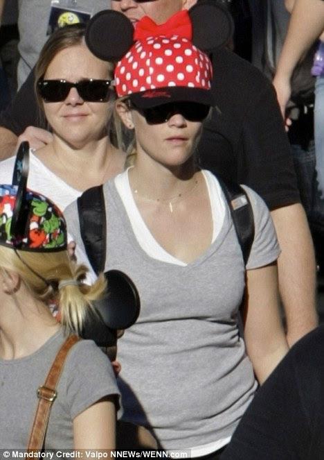Tampando-lo: Reese foi jogo o suficiente para usar as orelhas do rato obrigatório Minnie em uma versão hat