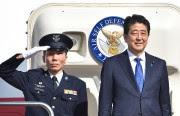 Shinzo Abe (à droite) avant son départ de... (PHOTO KAZUHIRO NOGI, AGENCE FRANCE-PRESSE) - image 1.0