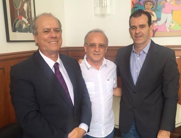 Branco Mendes ladeado de José Ricardo Porto e Oswaldo Trigueiro