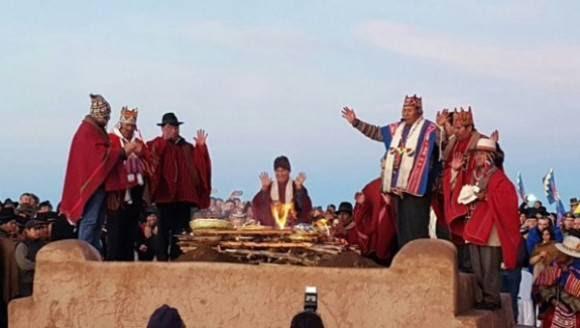 El dignatario boliviano participó en la ceremonia ancestral aymara acompañado del vicepresidente y demás autoridades. Foto: MinComBolivia.