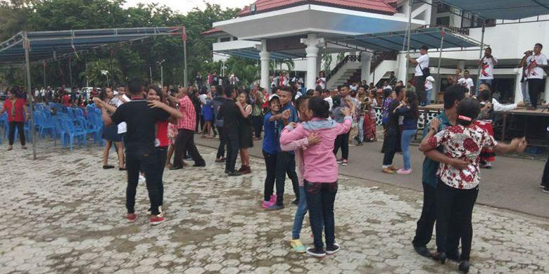 Para peserta lomba dansa menunjukkan kebolehannya di depan kantor Bupati Timor Tengah Utara (TTU), Nusa Tenggara Timur (NTT), Jumat (24/11/2017).