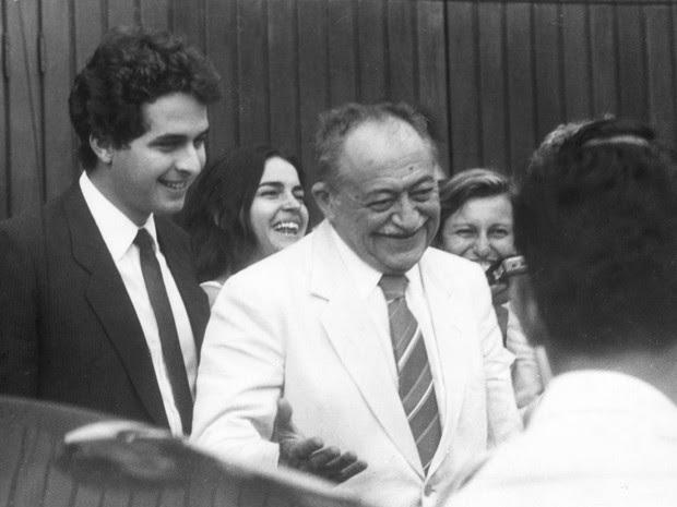 Novembro de 1987 - Eduardo Campos (esq.) deixa a casa do deputado Ulysses Guimarães em São Paulo ao lado de seu avô, o então governador do Pernambuco, Miguel Arraes (centro) (Foto: Newton Aguiar/Estadão Conteúdo/Arquivo)