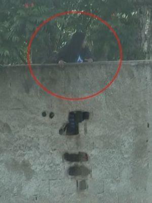 Alunos até tentaram pular o muro mas foram coibidos pela PM  (Foto: Reprodução / TV TEM)