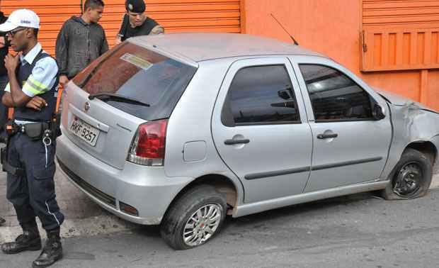 Fiat Palio rodou na pista e bateu na mureta de proteção (Marcos Michelin/EM DA Press)