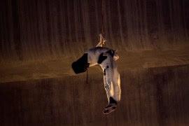 El cadáver colgado en el puente de Iztapalapa. Foto: Xinhua / Jair Cabrera