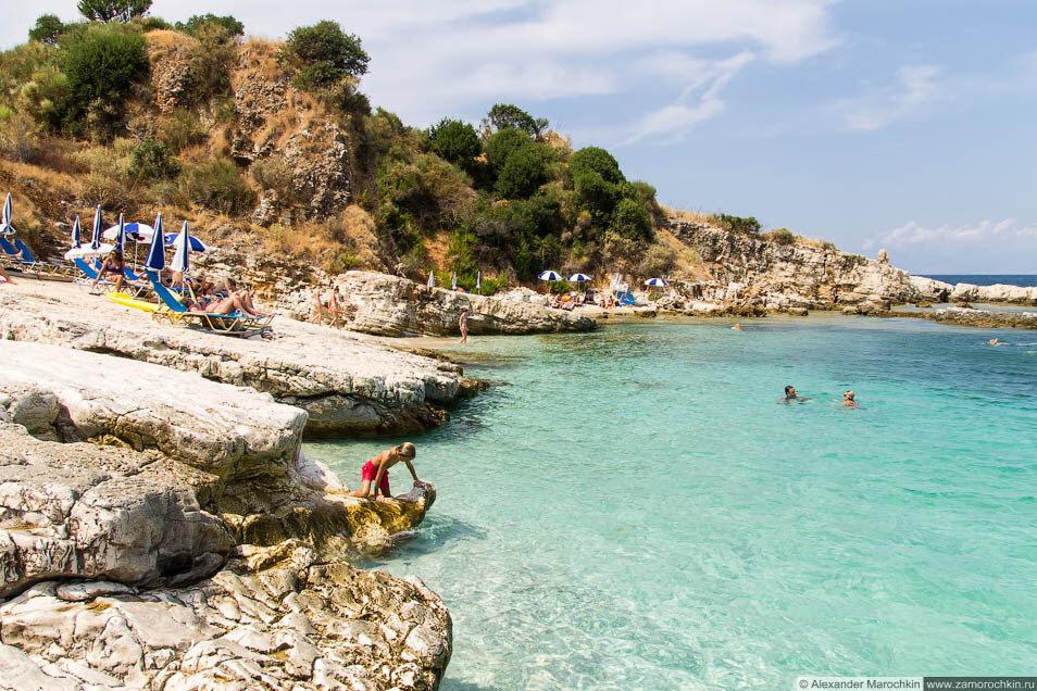 Пляж на скалах в Кассиопи, Корфу