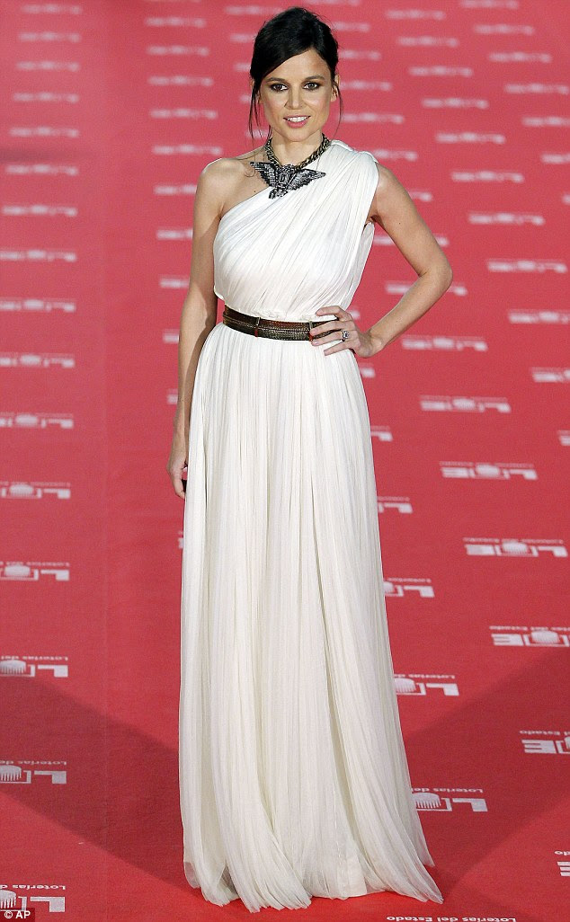 Deusa grega: Elena Anaya estava linda em seu vestido assimétrico branco como ela parou para posar para fotos em sua chegada