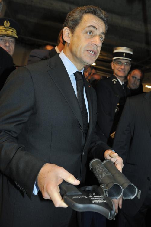 Nicolas Sarkozy avec un Flashball au commissariat d'Orléans, le 3 février 2011.