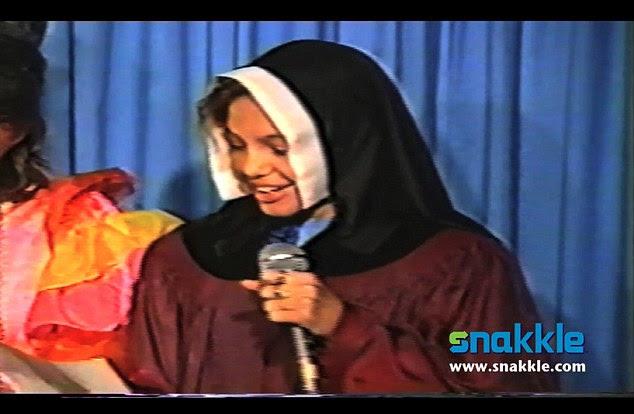 Não faça disso um hábito!  Pré-adolescente Angelina Jolie estrelas como uma freira cantar em filme caseiro adorável que surgiu em snakkle.com